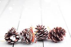 Sparappel op een rij met fonkelende gloed en vage achtergrond Rustieke Kerstmis Witte Houten lijst stock afbeeldingen