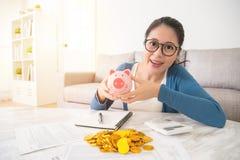 Sparar den piggy leksaken för kvinnahållen pengar snart Royaltyfri Fotografi