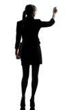 Sparar hållande mappar för affärskvinnahandstil silhouetten Royaltyfria Foton
