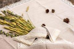 Sparato degli asciugamani di tela, le tovaglie, tovaglioli con pizzo sistemano Fotografie Stock Libere da Diritti