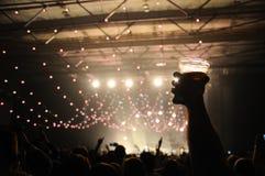 Ventilatore con una birra sulla sua mano. Fotografia Stock Libera da Diritti