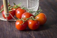 Sparato dei pomodori maturi alla tavola Immagine Stock