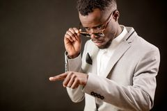 Sparato del magnate africano della mafia Uomo con indicare dito che accusa qualcuno Fotografie Stock