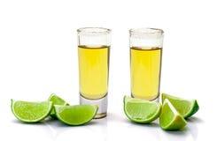 Sparato del Tequila dell'oro con la calce della fetta Fotografie Stock Libere da Diritti