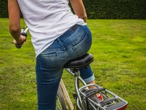 Sparato della giovane donna su una bici, retrovisione, all'aperto, primo piano fotografie stock
