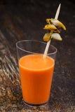 Sparato della minestra fredda del pomodoro con lo spiedo del cuore edule Fotografie Stock