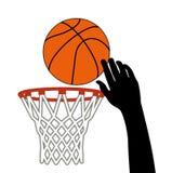 Sparato della palla di pallacanestro attraverso un cerchio Immagini Stock Libere da Diritti