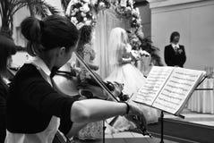 Sparato della ragazza che gioca il violino alla cerimonia nuziale cer immagini stock libere da diritti