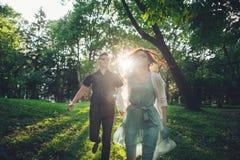 Sparato di giovane coppia che si tiene per mano e che passa la parità immagini stock libere da diritti