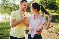 Sparato di giovane depressione di legame delle coppie che cammina nella natura fotografie stock