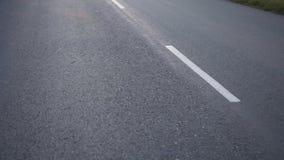 Sparato di muoversi sopra la strada asfaltata stock footage