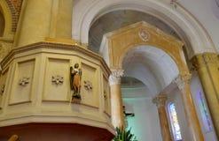 Sparato di un cofanetto variopinto in una saettia o della cappella prima del funerale o della sepoltura al cimitero immagini stock libere da diritti