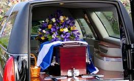 Sparato di un cofanetto variopinto in una saettia o della cappella prima del funerale o della sepoltura al cimitero fotografie stock libere da diritti