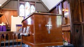 Sparato di un cofanetto variopinto in una saettia o della cappella prima del funerale o della sepoltura al cimitero immagine stock libera da diritti