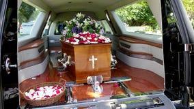 Sparato di un cofanetto variopinto in una saettia o della cappella prima del funerale o della sepoltura al cimitero immagini stock