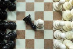Sparato di un trasloco di bianco della scacchiera Azienda leader Concept Fuoco selettivo Immagine Stock
