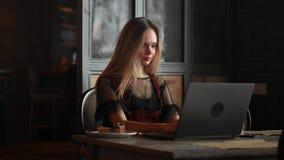 Sparato di una donna di affari matura attraente che lavora al computer portatile nella sua stazione di lavoro archivi video