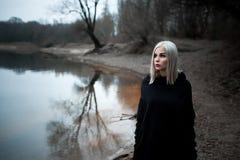 Sparato di una donna gotica in una foresta Immagine Stock