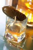 Sparato di whisky con un sottaceto Fotografie Stock Libere da Diritti