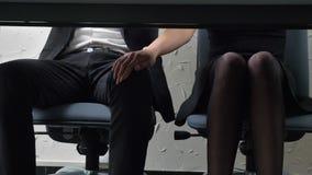 Sparato sotto la tavola, una giovane ragazza del capo tocca il suo piede del ` s degli impiegati, lui di fronte a, flirt, fps di  video d archivio