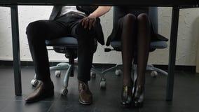 Sparato sotto la tavola, una giovane ragazza del capo tocca il suo piede del ` s degli impiegati, lui di fronte a, flirt, fps di  archivi video