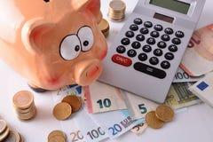 Spareinlagen und Buchhaltung mit Sparschweingeld und -taschenrechner elev Stockfotos