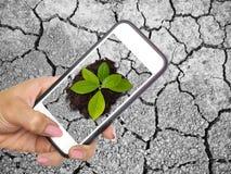 Sparen aarde door het concept van de innovatietechnologie Stock Foto's