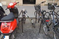 Sparen brandstof, gebruik uw fiets. Stock Afbeeldingen