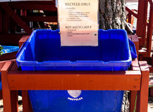 Sparen de aarde Recycleer slechts grote blauwe bak royalty-vrije stock afbeeldingen