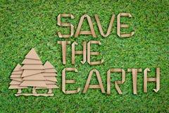 Sparen de aarde sneed het concept met tekst en boomvormdocument vlak s Royalty-vrije Stock Afbeeldingen