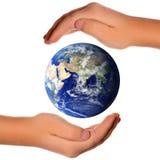 Sparen de wereld - handen rond aarde Royalty-vrije Stock Fotografie