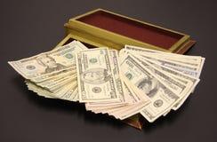 Sparen een stapel van geld in de doos Stock Fotografie