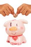 sparen geld met roze spaarvarken Royalty-vrije Stock Fotografie