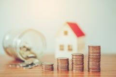 Sparen geld voor huiskosten stock afbeelding