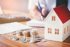Sparen geld voor huiskosten stock fotografie