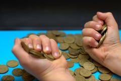 Sparen geld voor pensionering en rekeningsbankwezen voor financiënconcept, Mensenhand met muntstukgeld op de uitstekende stijl va Stock Foto