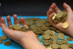 Sparen geld voor pensionering en rekeningsbankwezen voor financiënconcept, Mensenhand met muntstukgeld op de uitstekende stijl va Stock Afbeeldingen