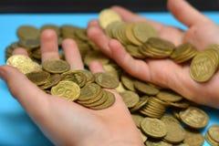 Sparen geld voor pensionering en rekeningsbankwezen voor financiënconcept, Mensenhand met muntstukgeld op de uitstekende stijl va Royalty-vrije Stock Foto