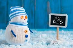 Sparen Sie das Datum für Weihnachtstag mit diesem handgemachten Schneemann Lizenzfreie Stockfotos