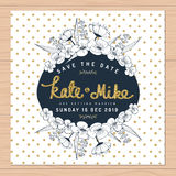 Sparen Sie das Datum und Einladungskarte mit Hand gezeichneter Blumen- und goldener Funkelndekoration der Blume heiraten auf Tupf Lizenzfreies Stockbild