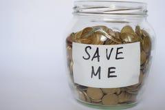 Sparen Sie Geld, Münzen in piggy auf einem hellen Hintergrund, Investitionskonzept, Aufschrift außer mir stockfoto
