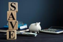Sparen van kubussen en spaarvarken De besparingenconcept van het geld stock foto