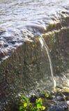 Sparen Water - sluit omhoog van Transparant Duidelijk Water die in een kleine Straal vallen - Milieu Aqua stock afbeelding