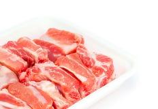 Spareribs свинины сырцовые в пене подноса Стоковые Фотографии RF