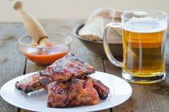 Spareribs bij de grill met hete marinade, Tsjechisch bier Royalty-vrije Stock Foto's