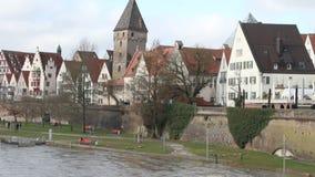 Sparga il Danubio, l'argine e la città Ulm, Baden-Wruttemberg, Germania archivi video