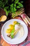 Spargel mit Ei und frischem wildem Knoblauch Stockbild