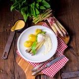 Spargel mit Ei und frischem wildem Knoblauch Stockfotografie