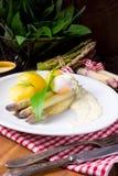 Spargel mit Ei und frischem wildem Knoblauch Lizenzfreie Stockbilder