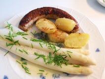 Spargel mit fränkischer Nahrung der Bratwurst lizenzfreies stockfoto
